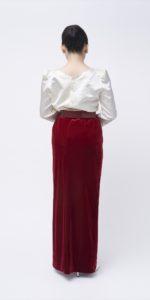 ゴールドブラウス×赤スカート
